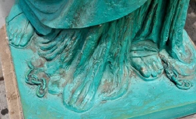 Порванная цепь у ног Статуи Свободы