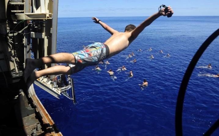 Как моряки ВМС США находят способы отдыхать на судне