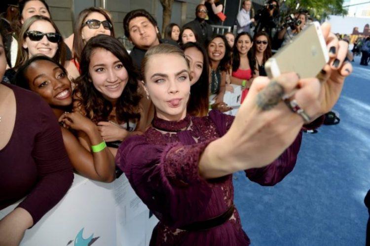 Самые веселые фотографии знаменитостей и их поклонников