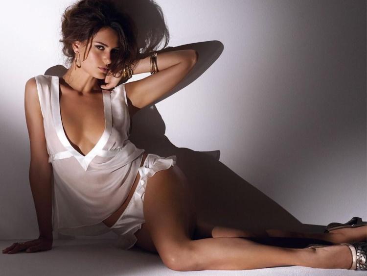 Красивые девушки в ночнушках и пижамах: 30 фото